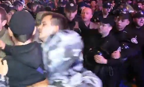 В сети появилось новое видео драки перед концертом Лободы в Одессе. Видео