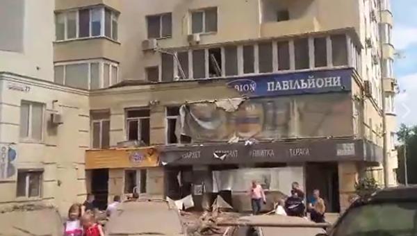 Прорыв трубы вКиеве: фонтан воды растрощил машины, людей выселяют издома