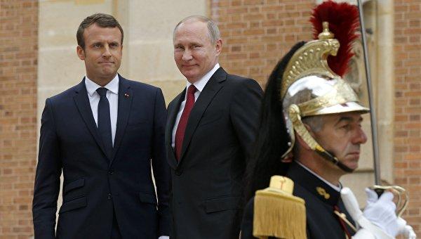 Президент Франции Франсуа Макрон и президент России Владимир Путин в Версале