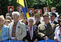 Участники шествия в честь Дня героев во Львове.