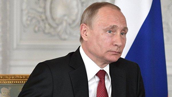Президент РФ Владимир Путин во время встречи с президентом Франции Эммануэлем Макроном