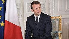 Президент Франции Эммануэль Макрон перед началом встречи с президентом РФ Владимиром Путиным в Версальском дворце