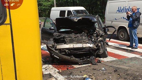 Audi на полном ходу врезался в маршрутку в Киеве