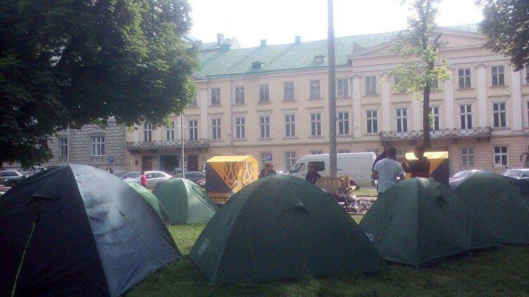 Палаточный городок Национального корпуса под Львовским облсоветом