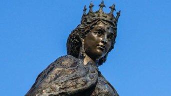 Статуя Анны Ярославны в Санлисе, Франция