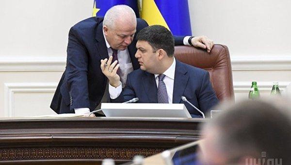 Премьер Владимир Гройсман, первый вице-премьер, министр экономического развития и торговли Степан Кубив во время заседания Кабмина
