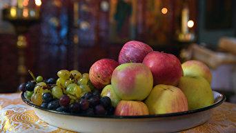 Яблоки и виноград. Архивное фото
