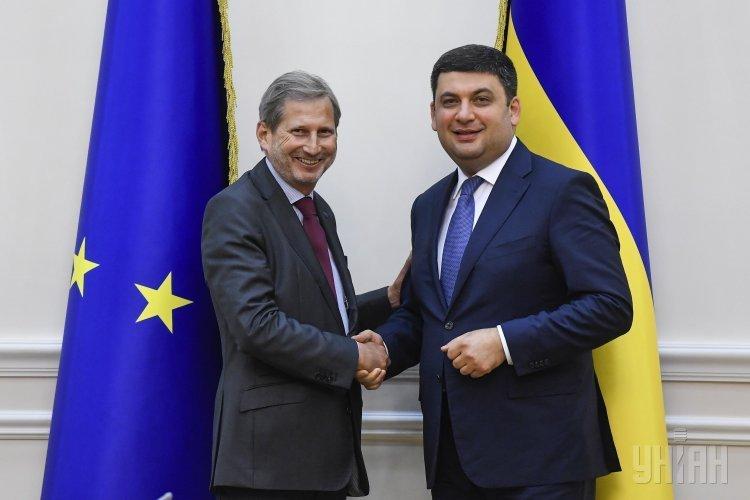 Комиссар по политике соседства и вопросам расширения Европейского союза Йоханнес Хан и премьер-министр Украины Владимир Гройсман