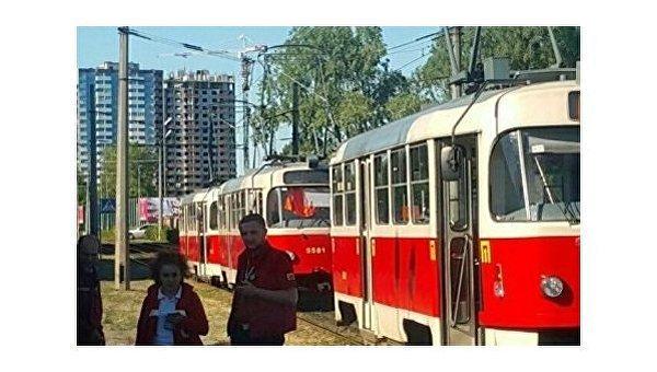 2538bbc362fe В Киеве женщина угодила под трамвай и погибла, трагедия произошла на  столичной Троещине, передает. Изначально СМИ сообщали о погибшем ребенке,  ...