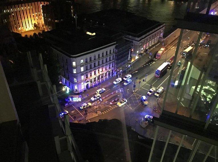 Около 10 полицейских расчетов прибыли к месту происшествия на Лондонском мосту