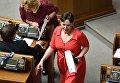 Надежда Савченко пришла в Раду в красном платье