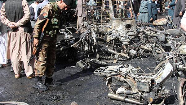 Афганские силы безопасности осматривают место теракта. Архивное фото