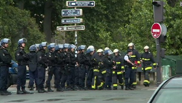 Около 900 человек заблокированы вСоборе Парижской Богоматери после произошедшей неподалеку стрельбы