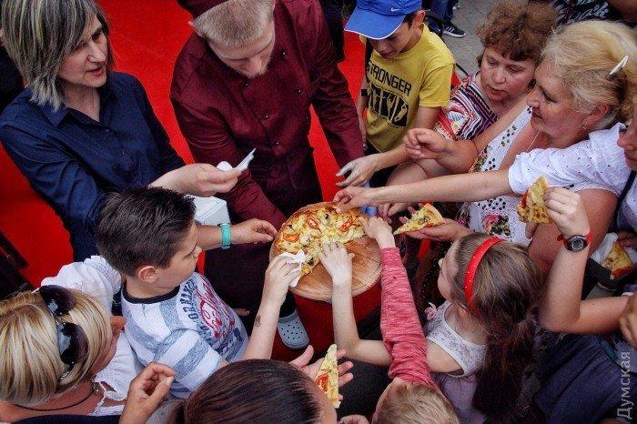 Митингующим против концерта Билык в Одессе раздают пиццу, 8 июня 2017
