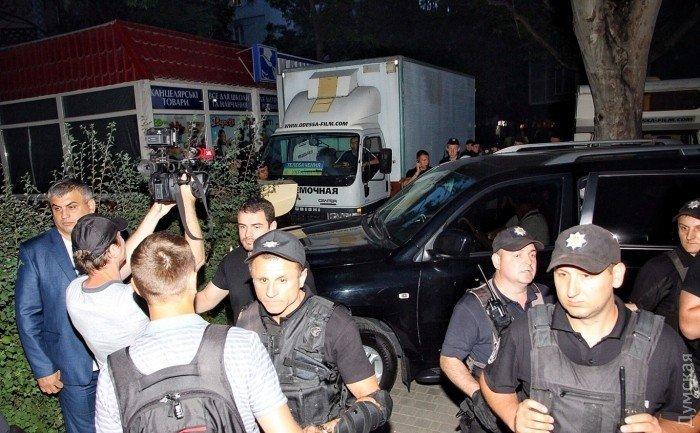 Выступление Ирины Билык в Одессе. Полицейские у здания ресторана