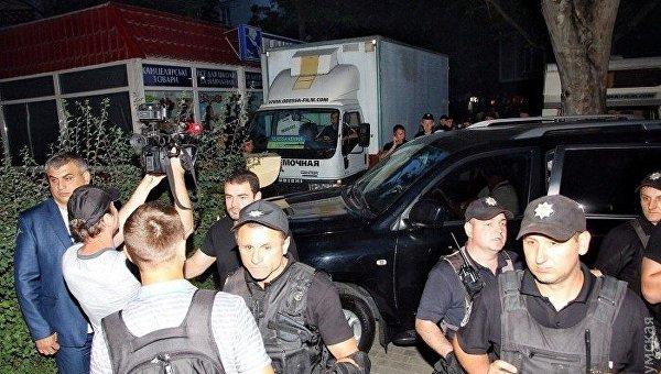 Выступление Ирины Былик в Одессе. Полицейские у здания ресторана