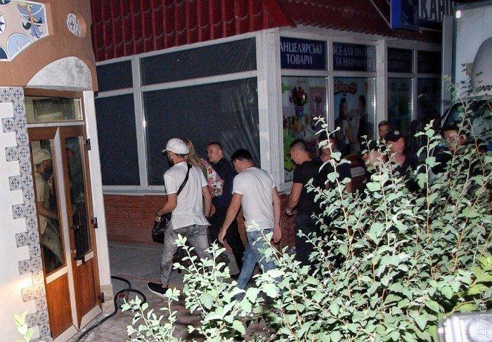 Ирина Билык в сопровождении охраны прибыла в ресторан, где запланировано ее выступление, 8 июня 2017