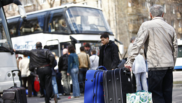 Пассажиры у автобусов в Европу