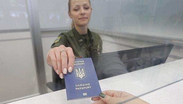 Сотрудник пограничной службы проводит паспортный контроль в аэропорту Киев