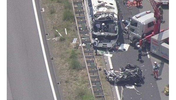 ВЯпонии туристический автобус столкнулся слегковым автомобилем: есть жертва, 45 пострадавших