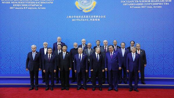 Президент РФ Владимир Путин во время фотографирования участников заседания совета глав государств - членов Шанхайской организации сотрудничества (ШОС) в расширенном составе