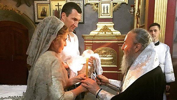 Владимир Кличко и известная телеведущая Оксана Марченко, которая является женой Виктора Медведчука, стали кумовьями