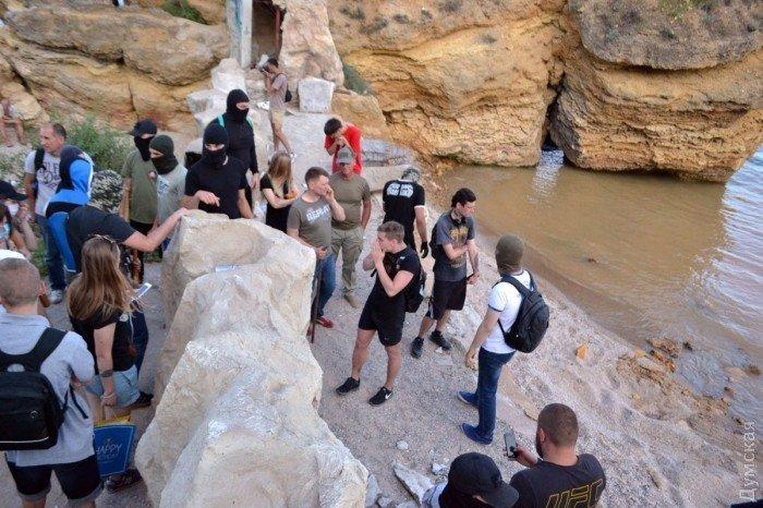 Десятки молодых людей разрушили исожгли возводимые на береге вОдессе постройки