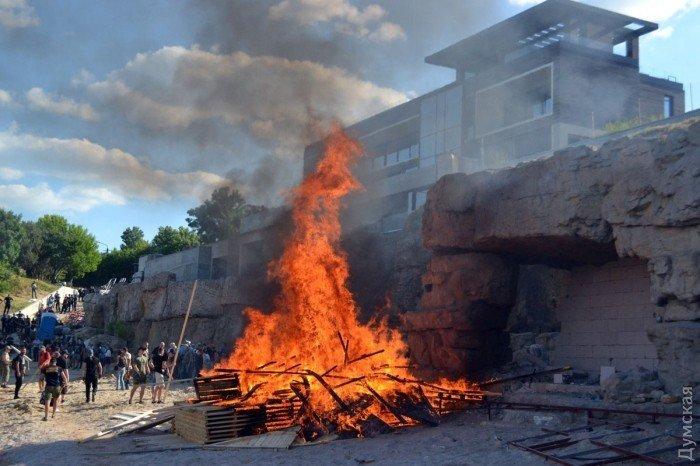 Снесли забор иутопили материалы: активистов разозлил закрытый берег Саакашвили вОдессе