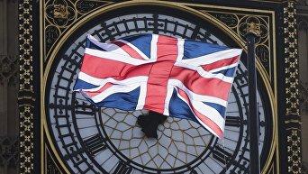 Флаг Великобритании на фоне часов Биг Бен в Лондоне