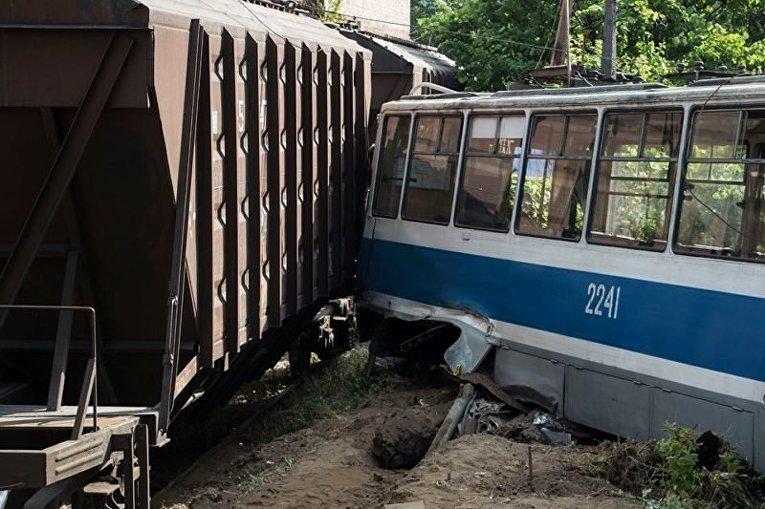 В Днепре поезд снес трамвай