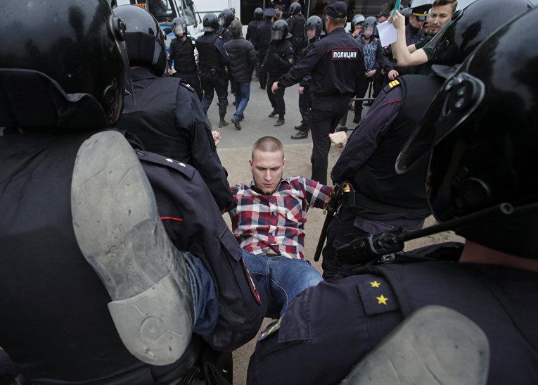 ОМОН задерживает демонстранта во время антикоррупционного протеста в России