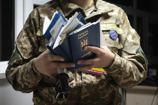 Пункт пропуска через украинско-польскую границу Рава-Русская в первые часы после вступления в силу безвизового режима
