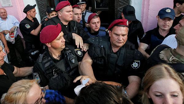 Правоохранители блокируют протестующих против ЛГБТ во время церемонии открытия форума Киевпрайд-2017