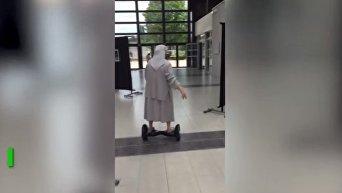 Во Франции монахиня приехала голосовать на гироскутере