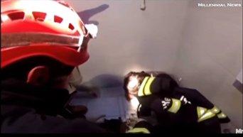 В Турции мужчина застрял в унитазе, пытаясь достать телефон