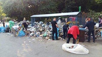Львовяне начали самостоятельно убирать мусор во дворах многоэтажек