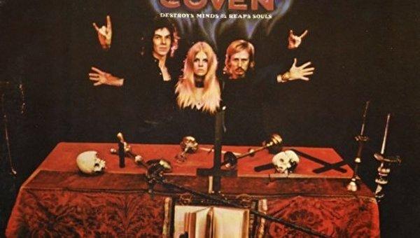 Лидер группы Kiss собрался запатентовать рокерскую «козу»