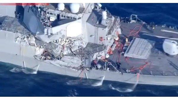 Эсминец USS Fitzgerald после столкновения с филиппинским контейнеровозом