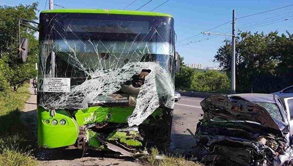 ВХарькове троллейбус попал всмертельное ДТП