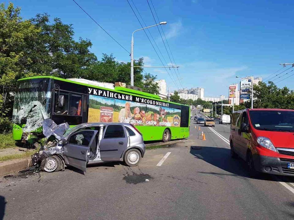 ВХарькове шофёр легковушки вылетел навстречную и умер, протаранив троллейбус