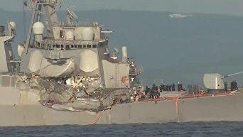 Последствия столкновения эсминца США и торгового судна у берегов Японии. Видео