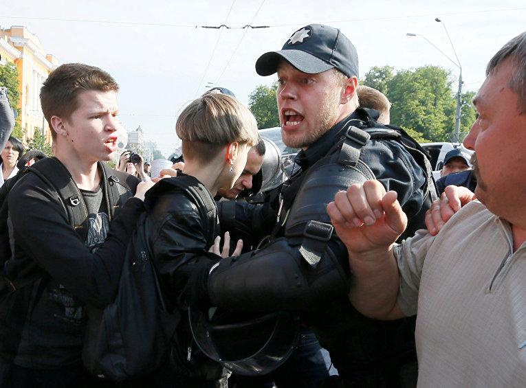 Полиция и противники ЛГБТ-марша в Киеве