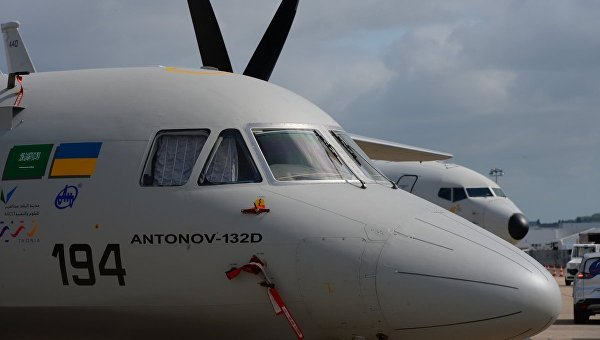Самолет АН-132 представили на парижском авиасалоне в Ле Бурже