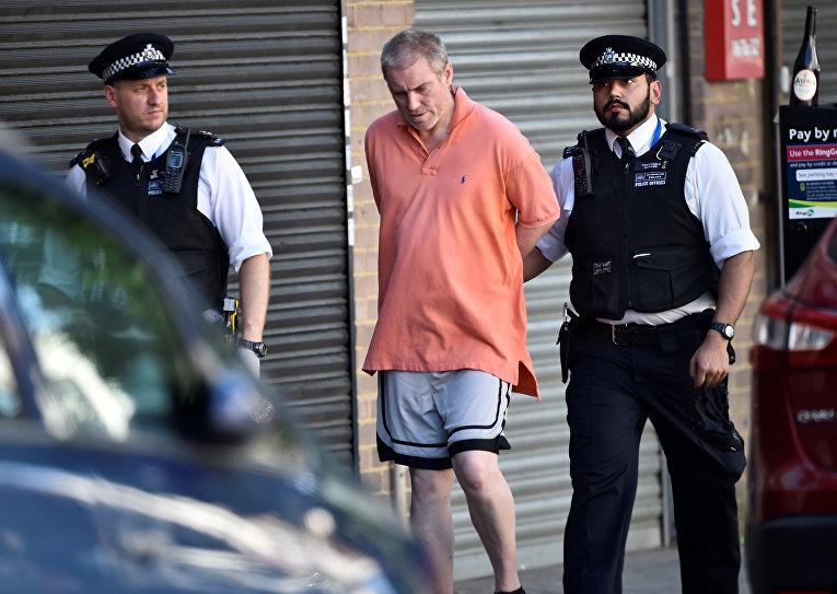 Сотрудники полиции задерживают человека возле места наезда на людей в Лондоне