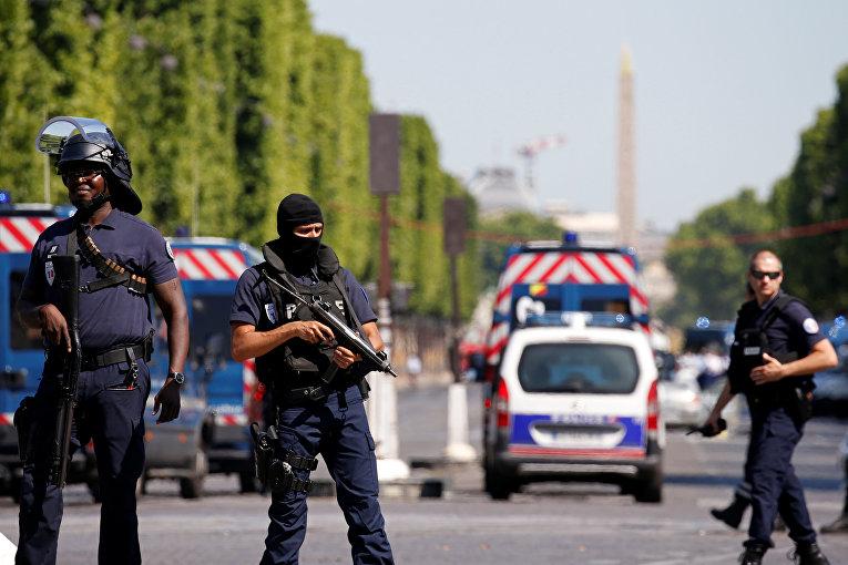 Полиция проводит операцию в районе Елисейских полей в Париже