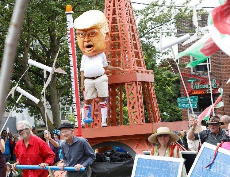 Мужчина в маске Трампа во время Fremont Solstice Parade, который проводится в день летнего солнцестояния, в Сиэтле (США)