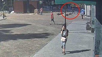 Появилось видео, как неадекватные избивают прохожих на Французском бульваре
