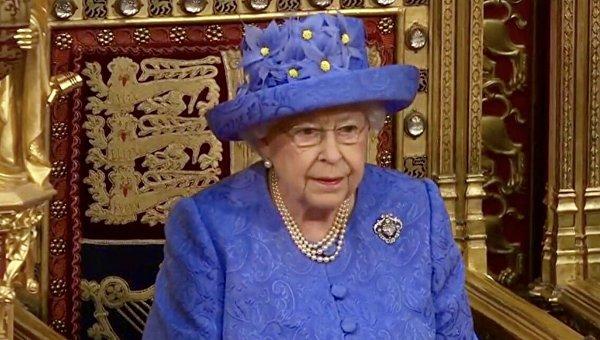 Необычную шляпу ЕлизаветыII сравнили сфлагомЕС