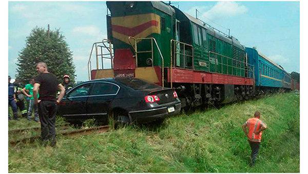 Пассажирский поезд протаранил легковой автомобиль в Черновицкой области