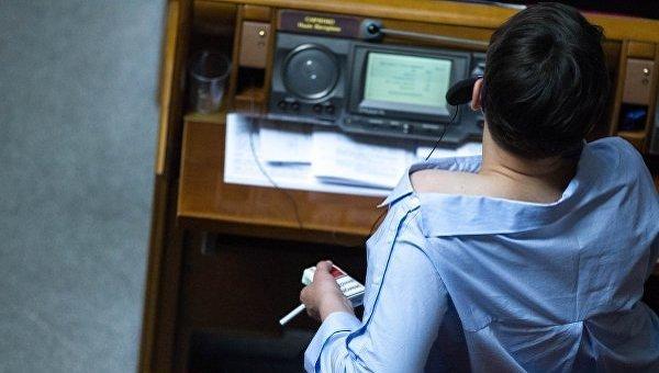 Савченко вРаде романтично оголяла плечи итыкала кому-то средний палец